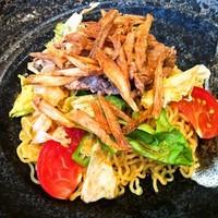 「牛サーロインステーキと夏野菜のピリ辛あえ麺」@暖龍 FKDインターパーク店の写真