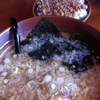 「特製ラーメン大盛り(こってり、太麺)挽き肉ゴハン」@ラーメン 蔵の写真