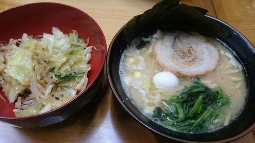 「醤油ラーメン(700円)+もやしキャベツ(100円)」@すずき家の写真