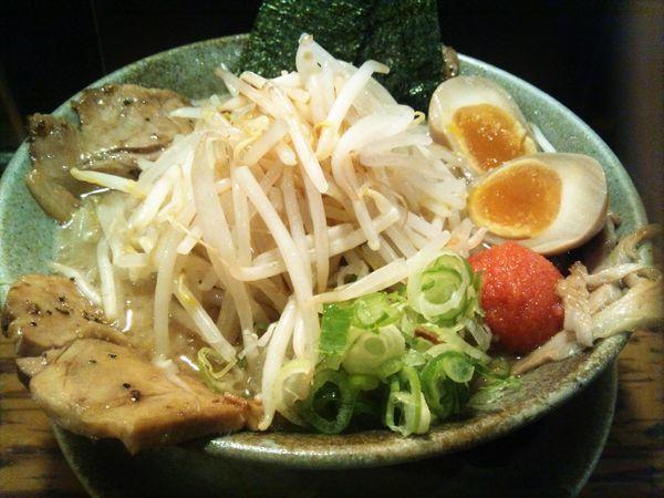 「やったるらあ麺・醤油+大盛」@らあ麺 やったる 新宿店の写真