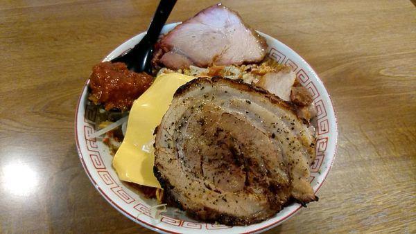 「【限定】ブタボナーラ+超大型炙り豚+窯焼き豚」@めんじろの写真